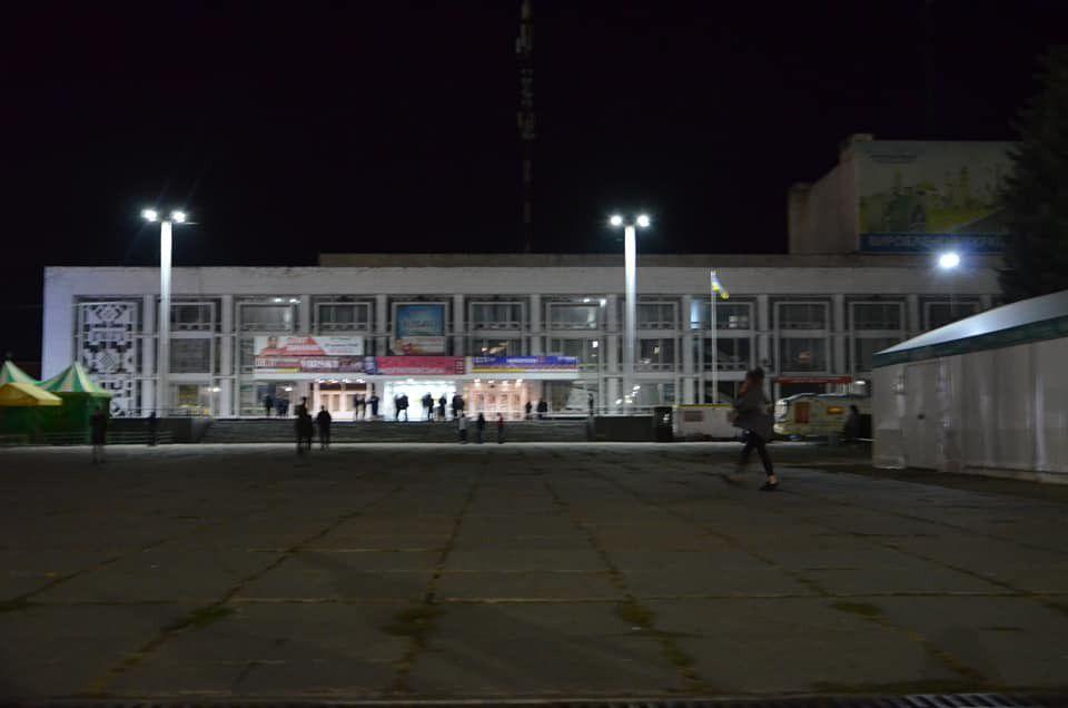 """#Замінування """"Росави"""". Задіяні всі служби міста.<br /><br />Сьогодні, 7 жовтня 2019 року о 19.10 годині на лінію """"102"""" надійшло повідомлення від невідомого, про те, що в місті Біла Церква в БК """"Росава"""" закладена вибухівка і вибух пролунає під час концерту за 30 хвилин.<br /><br />На місці працюють поліцейські, Муніципальна варта, ДСНС та медики.<br />Всіх присутніх в приміщенні будинку культури негайно було евакуйовано, а місце події огороджене сигнальною стрічкою. Працює вибухотехнічна служба спільно з кінологами.<br /><br />При перевірці будинку культури вибухонебезпечних предметів виявлено не було. Інформація не підтвердилась.<br />Нині поліція встановлює особу, яка повідомила про замінування, за що передбачена кримінальна відповідальність."""