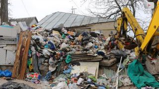 Справжнє сміттєзвалище біля хати