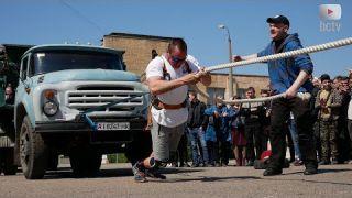 Білоцерківський спортсмен тягне багатотонні вантажівки