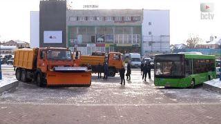 Що робили самоскиди та автобус під міською радою?