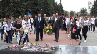 Квіти до солдатських могил у День пам'яті і скорботи